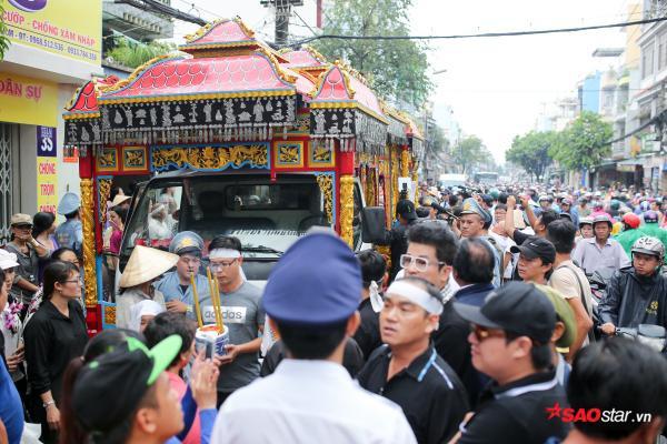 - dttp1528 - Mặc trời mưa lớn, nhiều khán giả vẫn có mặt đưa tiễn danh hài Khánh Nam về 'đất mẹ'