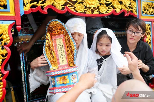 - dttp1534 - Mặc trời mưa lớn, nhiều khán giả vẫn có mặt đưa tiễn danh hài Khánh Nam về 'đất mẹ'