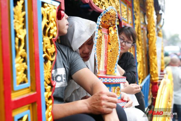 - dttp1541 - Mặc trời mưa lớn, nhiều khán giả vẫn có mặt đưa tiễn danh hài Khánh Nam về 'đất mẹ'