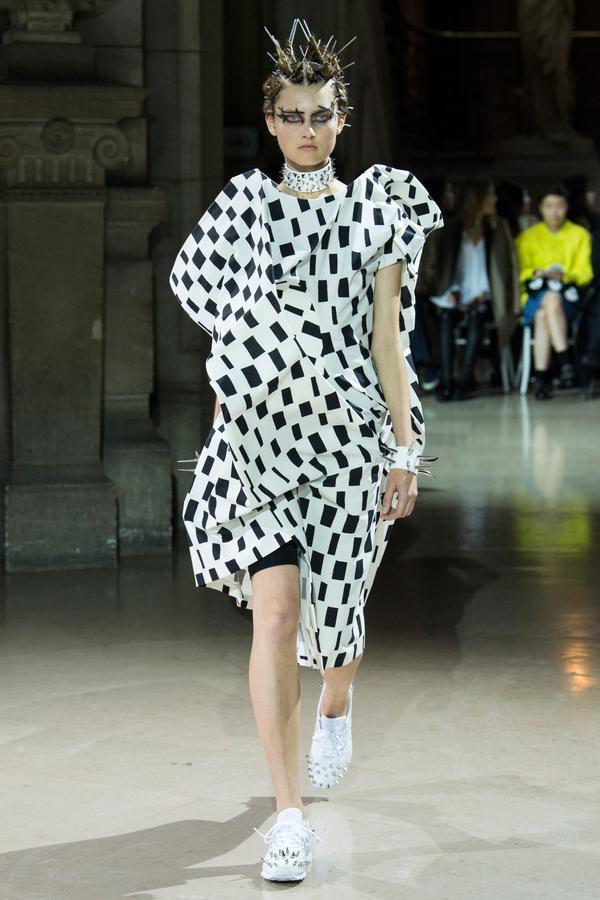 'Những viên đá thô' không cần gọt giũa toả sáng trên sàn Paris Fashion Week
