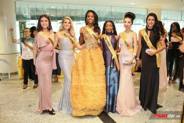 Á hậu Huyền My hớ hênh để lộ miếng dán ngực tại họp báo Miss Grand International 2017