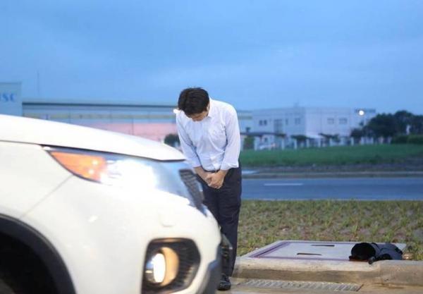 Tranh cãi về cái cúi đầu của ông chủ trạm xăng người Nhật đang gây sốt mạng xã hội - ảnh 1