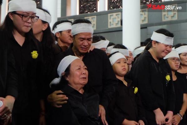 Vợ thầy Văn Như Cương khóc ngất bên linh cữu chồng - ảnh 1