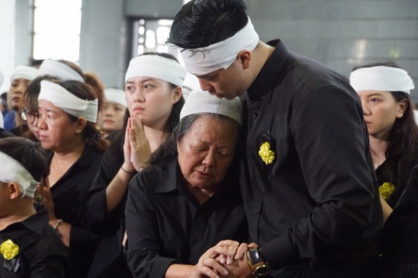 Vợ thầy Văn Như Cương khóc ngất bên linh cữu chồng - ảnh 3