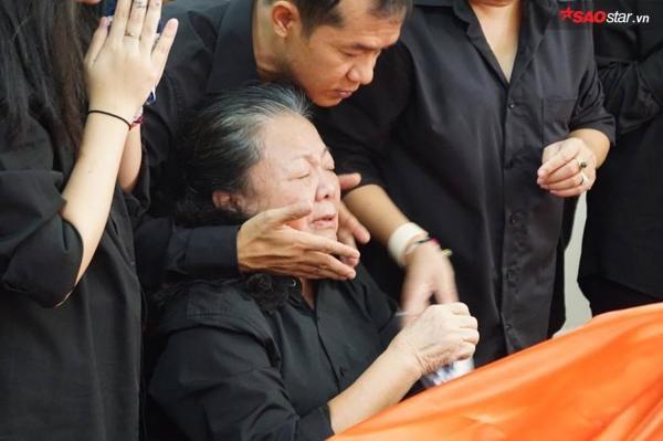 Vợ thầy Văn Như Cương khóc ngất bên linh cữu chồng - ảnh 6