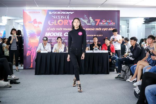 'Bộ ngũ siêu đẳng' của thời trang Việt cùng 'đốt cháy' lễ hội ngoài trời