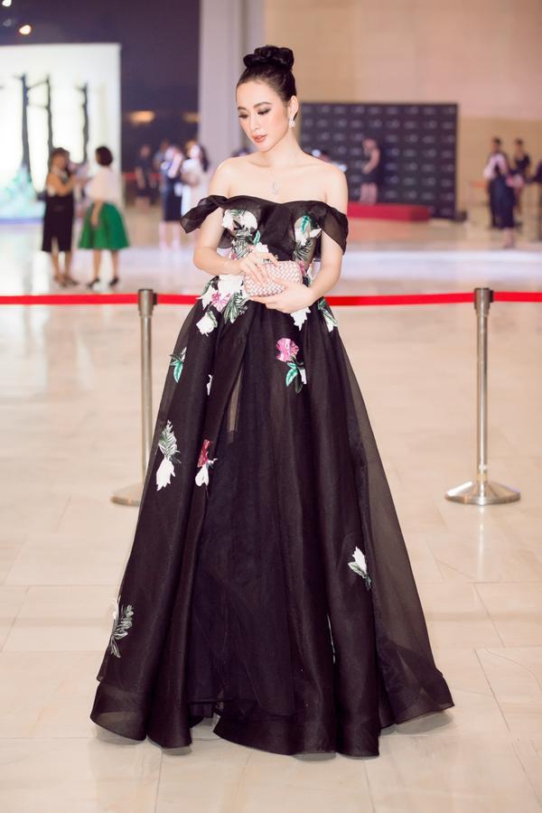 Angela Phương Trinh diện 'cây hàng hiệu' 2,5 tỷ đồng chơi nổi trên thảm đỏ sự kiện