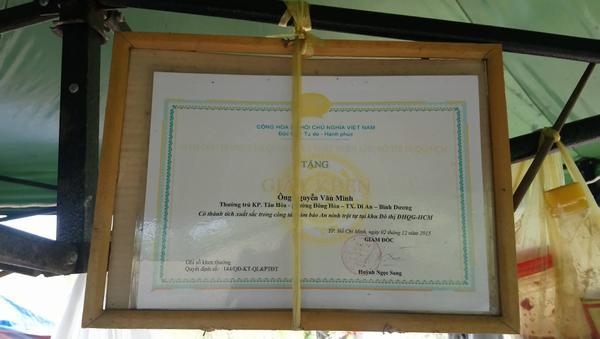 """Nhờ chiến tích """"săn bắt cướp"""", ông Minh """"cô đơn"""" được Trung tâm quản lý và phát triển khu đô thị Đại học quốc gia TP.HCM trao giấy khen tuyên dương."""