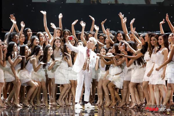 Sơn Tùng diện vest trắng lịch lãm, selfie cùng top 63 HHHV cực dễ thương