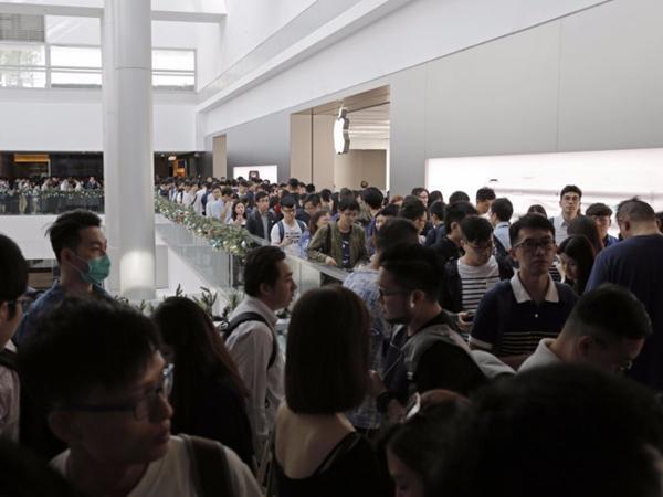 Iphone X vừa ra lò, người từ khắp nơi vạ vật, ngủ ngoài đường xếp hàng dài chờ mua