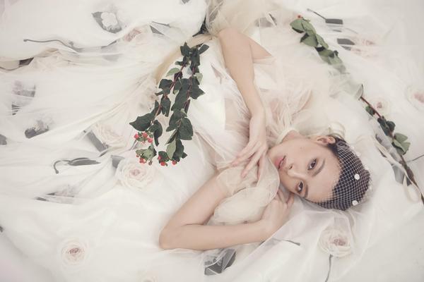 Quán quân The Face Tú Hảo diện váy ren phối bốt cao bất tận, hóa 'nàng hoa' cá tính