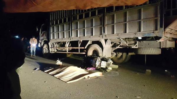 Chồng tử vong, vợ và 2 con nhỏ nguy kịch sau khi tông vào xe tải đỗ bên đường