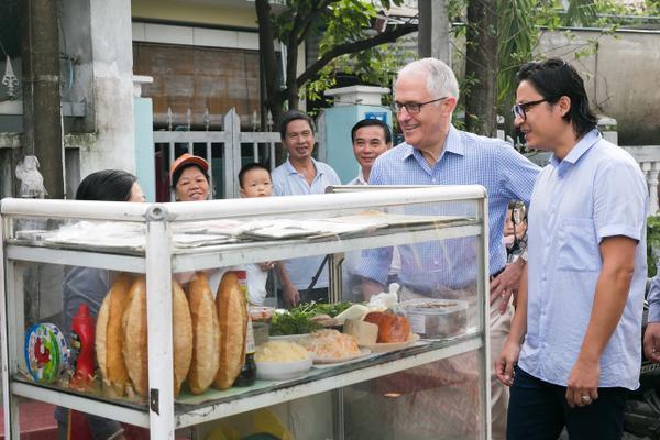 Thủ tướng Australia cùng đầu bếp gốc Việt nổi tiếng ra vỉa hè Đà Nẵng mua bánh mỳ ăn sáng