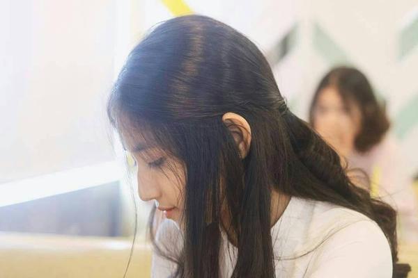 Đời sống: Cư dân mạng thi nhau chia sẻ 'những góc nghiêng thần thánh' của nữ sinh Việt