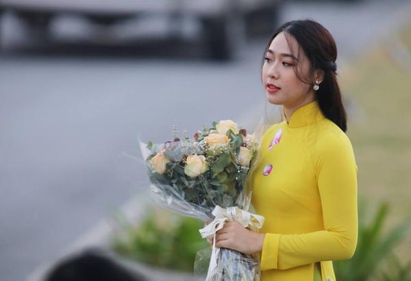 Kết quả hình ảnh cho Phạm Ngọc Hà My khi tặng hoa cho Tổng thống Donald Trump