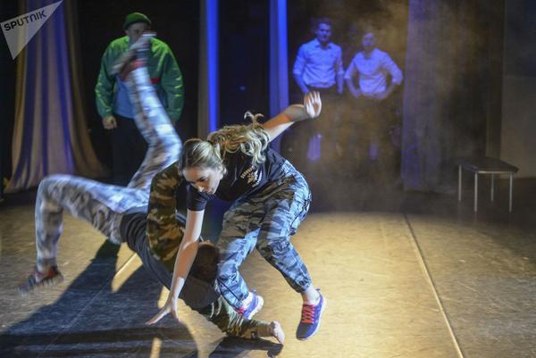 Dàn gái xinh các trường quân sự Nga đua nhau thi sắc đẹp - Ảnh 2.