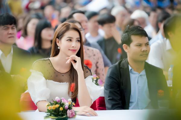Phạm Hương gây xúc động với khoảnh khắc bón cơm cho cụ bà neo đơn - ảnh 1