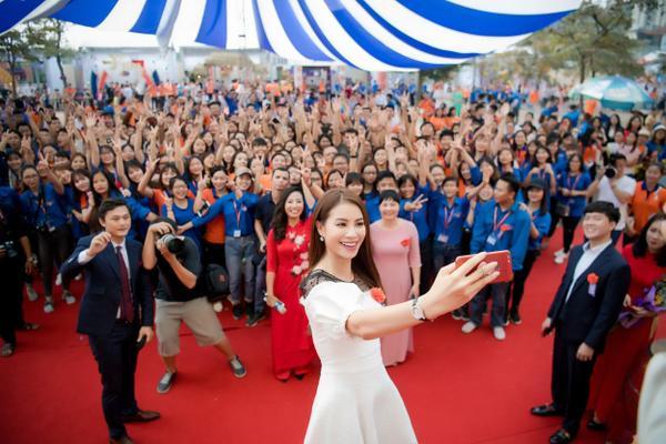 Phạm Hương gây xúc động với khoảnh khắc bón cơm cho cụ bà neo đơn - ảnh 9