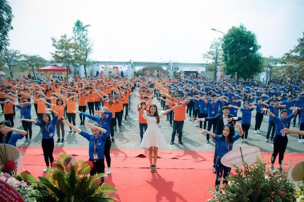 Phạm Hương gây xúc động với khoảnh khắc bón cơm cho cụ bà neo đơn - ảnh 10