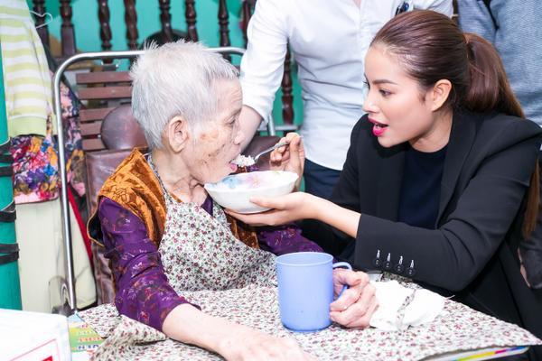 Phạm Hương gây xúc động với khoảnh khắc bón cơm cho cụ bà neo đơn - ảnh 6