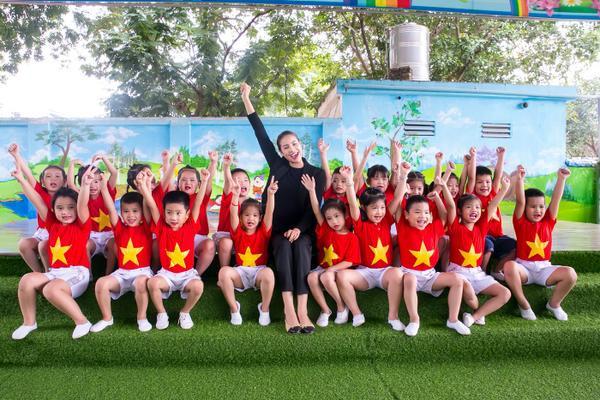 Phạm Hương gây xúc động với khoảnh khắc bón cơm cho cụ bà neo đơn - ảnh 7