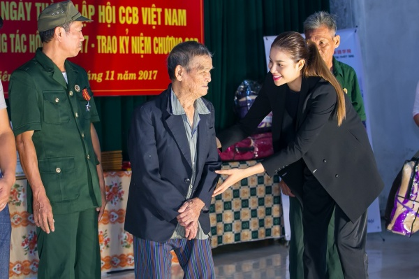 Phạm Hương gây xúc động với khoảnh khắc bón cơm cho cụ bà neo đơn - ảnh 2