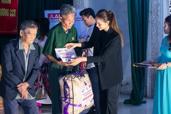 Phạm Hương gây xúc động với khoảnh khắc bón cơm cho cụ bà neo đơn - ảnh 3