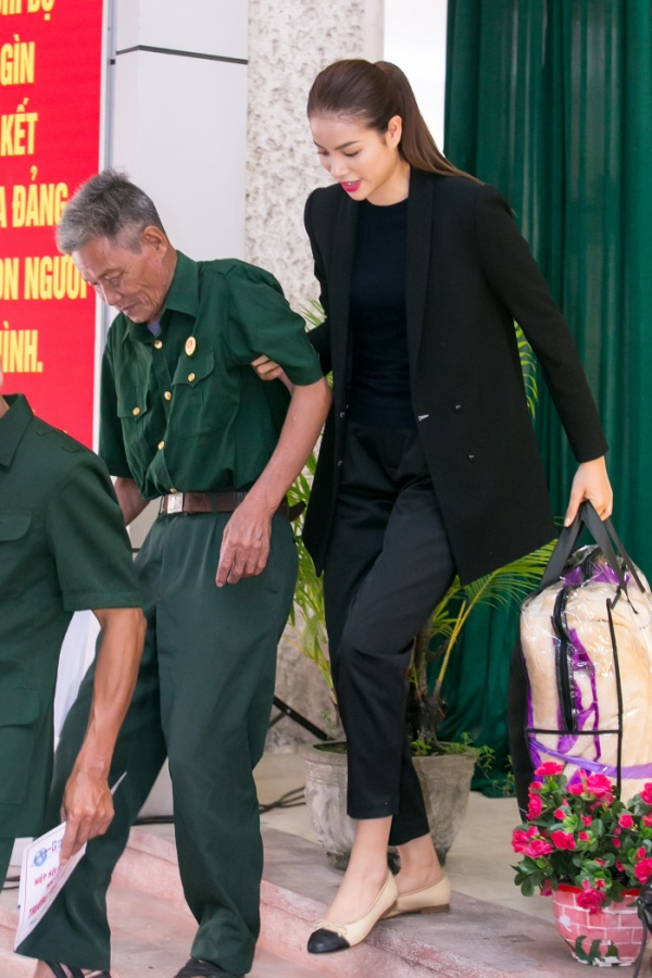 Phạm Hương gây xúc động với khoảnh khắc bón cơm cho cụ bà neo đơn - ảnh 4