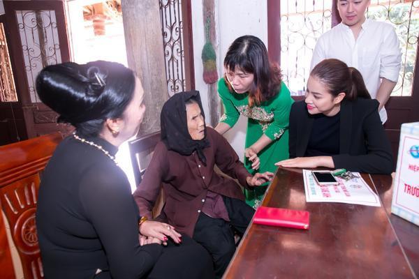 Phạm Hương gây xúc động với khoảnh khắc bón cơm cho cụ bà neo đơn - ảnh 5