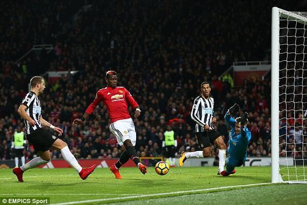 tiền vệ Paul Pogba cũng trở lại và lập tức trở thành cầu thủ xuất sắc nhất trận.