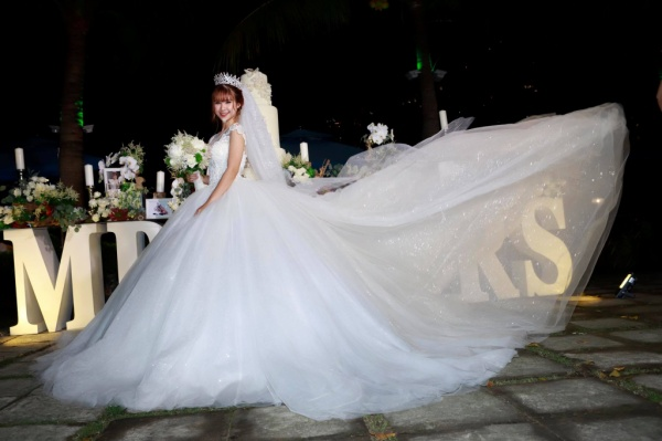 Khởi My hóa công chúa khi diện váy cưới hoành tráng - Ảnh 1.