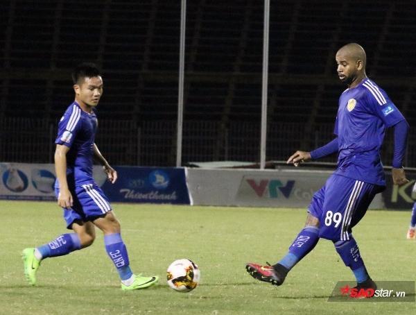 V.League 2017 hạ màn: Nửa cái bánh mì và cú 'áp phe' mang tên 'Tương lai bóng đá Việt' - Ảnh 4.