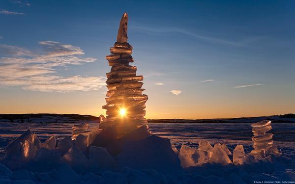 Những tia nắng đầu tiên nhảy nhót trên mặt hồ băng Mjosa (Na Uy), len lỏi qua khe hở của những tảng băng và truyền hơi ấm cho cả vùng hồ. Đây là hồ lớn nhất của Na Uy, một trong những quốc gia thuộc Bắc Âu, nổi tiếng với những cảnh tượng thiên nhiên hùng vĩ đa sắc màu.