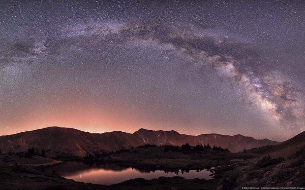 Đây là hình ảnh ghi lại vẻ đẹp lộng lẫy của dải ngân hà trên Rockies (Colorado, Hoa Kỳ). Cuối hạ, nhất làvào những đêm không trăng thường là thời điểm thuận lợi nhất trong năm để chiêm ngưỡng dòng sông bạc.