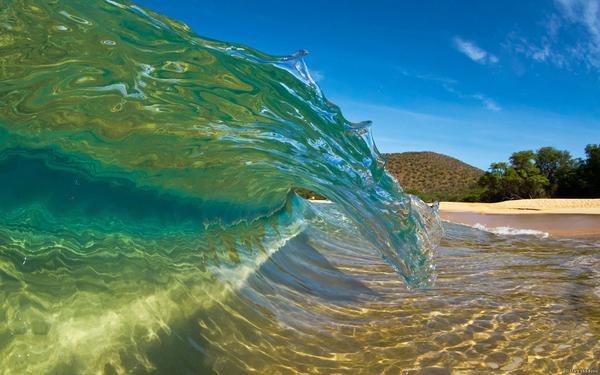Một nhiếp ảnh gia đã bắt kịp được khoảnh khắc sóng cuộn gần bờ tại bãi biển Makena, Maui (Hawaii, Hoa Kỳ) theo cách chân thực nhất.