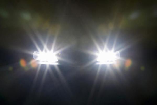 Đèn xe máy nào cũng có hai chế độ chiếu sáng, bạn nên hiểu rõ để tránh bị phạt