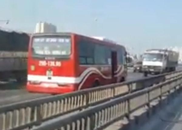 Xe khách chạy ngược chiều, phóng bạt mạng trên cao tốc - Ảnh 1.