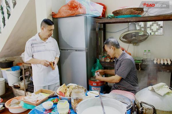 Suốt 20 năm ở Hà Nội, vẫn có một hàng bánh cuốn tráng tay cực ngon giá chỉ 10.000 đồng/suất - ảnh 11