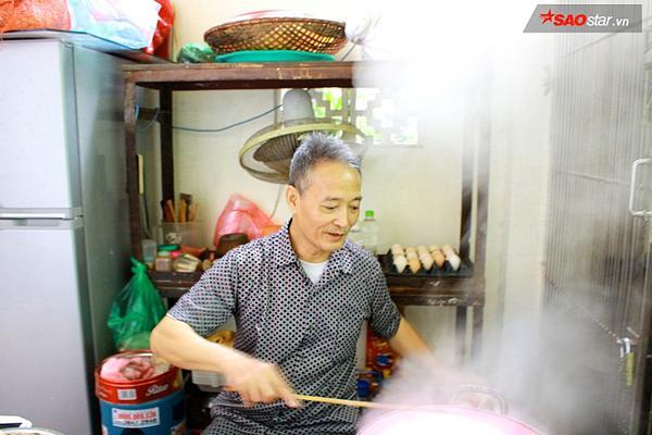 Suốt 20 năm ở Hà Nội, vẫn có một hàng bánh cuốn tráng tay cực ngon giá chỉ 10.000 đồng/suất - ảnh 2