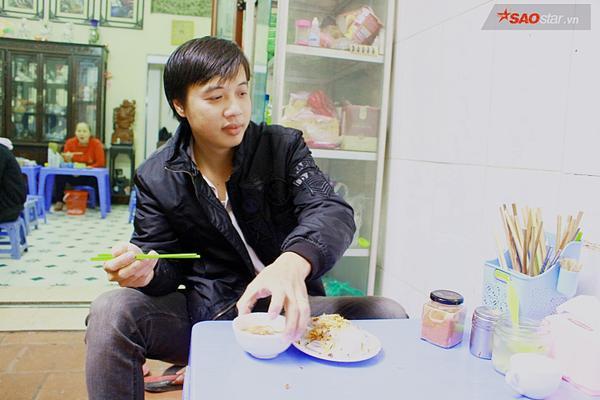 Suốt 20 năm ở Hà Nội, vẫn có một hàng bánh cuốn tráng tay cực ngon giá chỉ 10.000 đồng/suất - ảnh 7