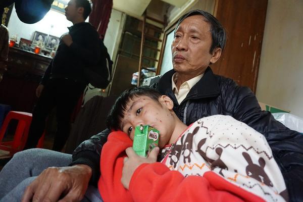 Bé trai 10 tuổi bị cha và mẹ kế đánh gãy tay: '2 năm rồi con mới được ăn bát phở'