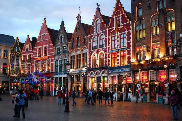 Bruges, Bỉ: Thành phố Bruges nổi tiếng với chocolate. Bắt đầu bằng một mẩu chocolate nóng tại The Chocolate House và sau đó thử chocolate Bỉ tại Grote Markt, khu chợ lâu đời nhất trong thành phố. Ngay sát bên là sân trượt băng. Thành phố cũng có những màn trình diễn lễ hội tuyệt vời và mua sắm Giáng sinh.