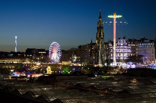 Edinburgh, Scotland: Tại Edinburgh, Giáng sinh không chỉ là một ngày lễ kỷ niệm. Thành phố tuyệt đẹp ở Scotland này tổ chức đầy đủ các lễ hội trong kỳ nghỉ 6 tuần lễ. Các đường phố xuất hiện vô số các khu chợ Giáng sinh, các sân trượt băng và đèn chiếu sáng. Thành phố náo nhiệt với những cuộc đua xe và các điểm tham quan vui chơi giải trí như trò chơi bánh kẹo, leo tường băng và mê cung cây thông Noel nổi tiếng.