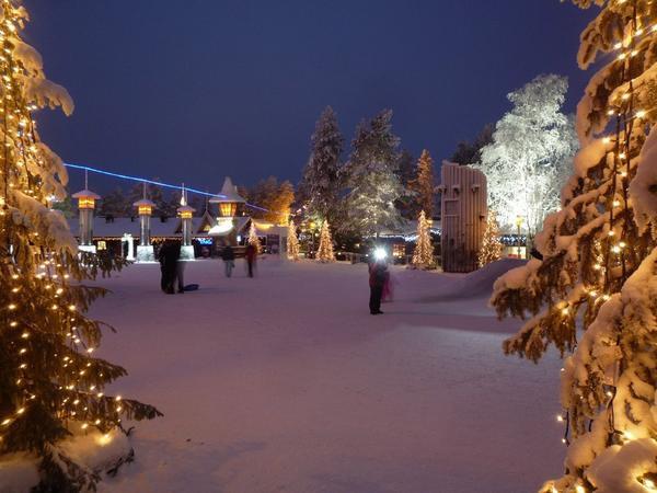 Lapland, Phần Lan: Bạn có thể làm gì trong kỳ Giáng sinh hơn là khám phá Santa Claus Village - nơi bạn sẽ được gặp ông già trong trang phục màu đỏ? Sau đó, hãy làm ấm lên với một tách chocolate nóng và tham gia trượt tuyết với những chú chó hoặc trượt trong tuyết tươi. Bạn cũng có thể ghé thăm một trang trại tuần lộc để thực sự tận hưởng tinh thần Giáng sinh.