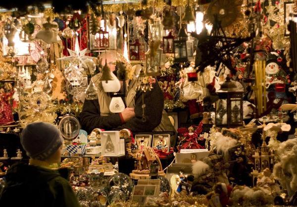 Nuremberg, Đức: Nếu mua sắm là hoạt động Giáng sinh yêu thích của bạn thì Nuremberg là nơi cực kỳ lý tưởng. Mọi người tụ tập từ khắp nơi trên thế giới để tham dự Nuremberg Christkindlesmarkt nổi tiếng thế giới. Khu chợ vẫn giữ được truyền thống từ những năm đầu của thập kỷ 1600; 180 gian hàng đều được làm bằng vân sam và thành phố tự hào về những loại hàng hoá mà họ có thể bán. Bạn hãy tìm những con chim được chạm khắc bằng tay, đồ trang trí thủ công và bánh gừng nướng mới nguyên.