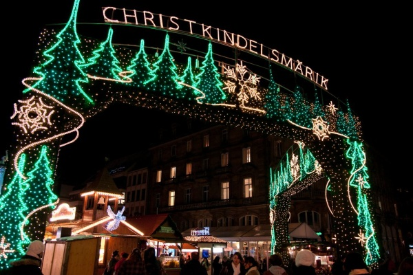 """Strasbourg, Pháp: Được mệnh danh là """"Thủ đô của Giáng sinh"""", các lễ hội Giáng sinh nổi tiếng của thành phố này đã có từ cuối những năm 1500. Là trong những nơi có truyền thống Giáng sinh lâu đời nhất ở châu Âu, Strasbourg thu hút gần 2 triệu du khách mỗi năm. Du khách vừa thưởng thức các đồ ngọt và bánh tươi vừa mua sắm đồ trang trí và trang sức thủ công từ hàng trăm cửa hàng ở đó. Du khách và người dân địa phương thích tụ tập để chiêm ngưỡng cây Giáng sinh khổng lồ và đi giày trượt băng để ngắm nhìn xung quanh với những người thân yêu."""