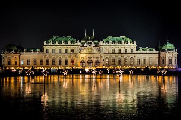 Thủ đô Viên, Áo: Hãy làm ấm cơ thể bằng 1 ly rượu khi bạn khám phá mọi thứ lãng mạn ở thành phố này trong kỳ nghỉ đông. Các khu chợ mở cửa từ giữa tháng 11, cung cấp tất cả mọi thứ từ nến tươi đến giày dép thủ công. Các con phố mua sắm chính, các cửa hàng lớn và khách sạn được trang trí đầy ấn tượng với đèn Giáng sinh lấp lánh. The Vienna Boys, một trong những dàn hợp xướng dễ nhận biết nhất trên thế giới, đã sẵn sàng để làm hài lòng bạn!