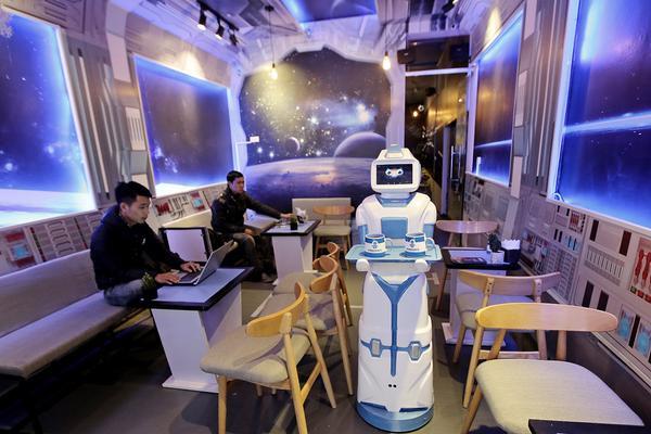 """Quán cafe ở Hà Nội sử dụng nhân viên bưng bê là một """"nàng""""… robot - Ảnh 1."""