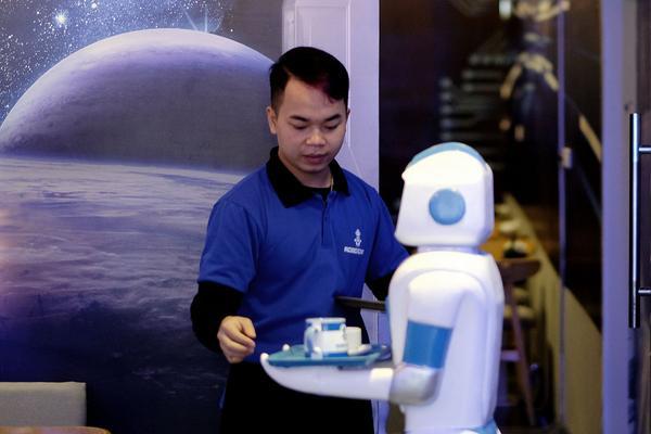 """Quán cafe ở Hà Nội sử dụng nhân viên bưng bê là một """"nàng""""… robot - Ảnh 5."""