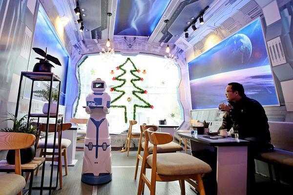 """Quán cafe ở Hà Nội sử dụng nhân viên bưng bê là một """"nàng""""… robot - Ảnh 4."""